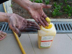 Безпечне очищення фарби з шкіри рук